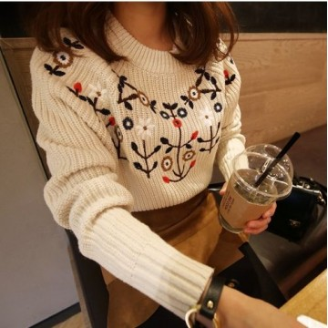 Korean fashion autumn and winter new ladies fashion temperament lovely wild flowers embroidered flowers round neck sweater